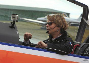 catherine-maunoury-solo-cockpit-extra330lp